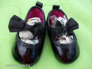 H&M márkájú,18/19-es méretű,fekete színű,lakkanyagú,kislány topánka,elején selyem masnival,szép