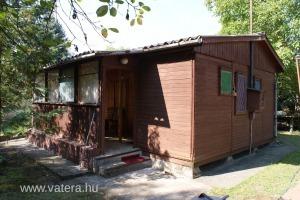Szentendrei sziget, Surány, lakóövezeti 662 nm saroktelken 35 nm faház, Dunához közel, eladó